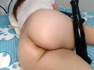 Girl Luisa Plays With Her Ass On Camera